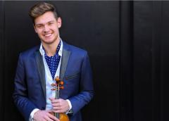 Le violoniste Blake Pouliot d'évidence au tout premier plan à la Salle Bourgie