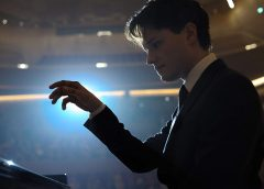 Au bout des doigts : fantasmagorie d'un tardif prodige du piano classique jadis délinquant violent!